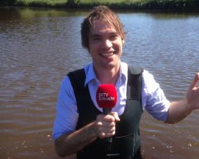 Jurg van Ginkel als presentator in het water voor De Kwestie in augustus 2016 voor RTV Utrecht